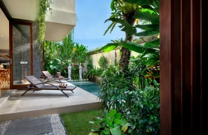Villa Sophia Legian - Sun loungers by the pool
